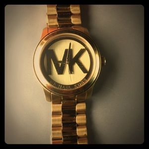✨✨ MICHAEL KORS WATCH✨✨used with scratches